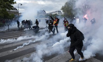 epaselect epa05281733 Protesters clash with French riot police at the end of a demonstration against labor reform on the Place de la Nation in Paris, France, 28 April 2016. Students, workers, seniors gave gathered today for the fourth general protest against French labor reform project.  EPA/ETIENNE LAURENT