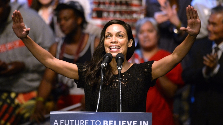 epa05228372 US actress Rosario Dawson introduces US Democratic Presidential candidate Bernie Sanders during an election campaign rally, at the Wiltern Theatre in Los Angeles, California, USA, 23 March 2016.  EPA/MIKE NELSON