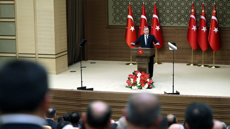 epa05289569 A handout picture provided by the Turkish Presidential Press office shows Turkish President Recep Tayyip Erdogan (C) speaking to mukhtars, at the Presidential Palace in Ankara, Turkey, 04 May 2016. Mukhtars are the heads of local government in Turkey.  EPA/TURKISH PRESIDENTIAL PRESS OFFICE / HANDOUT  HANDOUT EDITORIAL USE ONLY/NO SALES