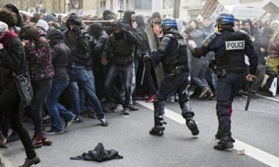 epa05244850 Youths clash with riot police during a demonstration against the government's controversial labor reform, in Paris, France, 05 April 2016. French students are protesting against a draft of the French government on new labor laws.  EPA/ETIENNE LAURENT