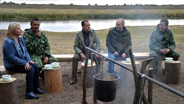 putin-i-medvedev-otvedali-uhi-vmeste-s-rybakami-v-novgorodskoy-oblasti_1