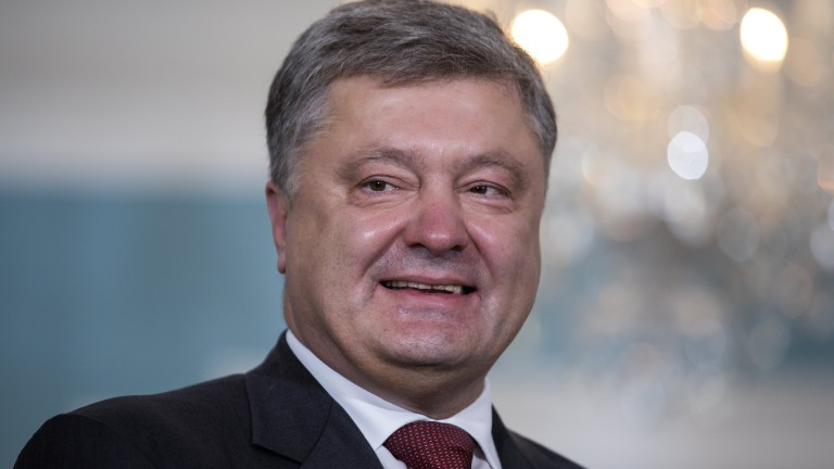 epa06039767 Ukrainian President Petro Poroshenko poses for photographs before meeting with US Secretary of State Rex Tillerson at the Department of State in Washington, DC, USA, 20 June 2017. Earlier in the day Poroshenko met with President Trump at the White House.  EPA/JIM LO SCALZO