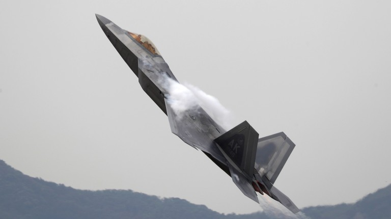 epa06268568 A F-22 'Raptor' jet of the US Air Force performs in an air show during media day of the Seoul Int'l Aerospace and Defense Exhibition (ADEX) 2017 at the Seoul Military Airport in Seongnam, south of Seoul, South Korea, 16 October 2017. The Seoul Int'l Aerospace and Defense Exhibition will be held in Seongnam from 17 to 22 October.  EPA/JEON HEON-KYUN