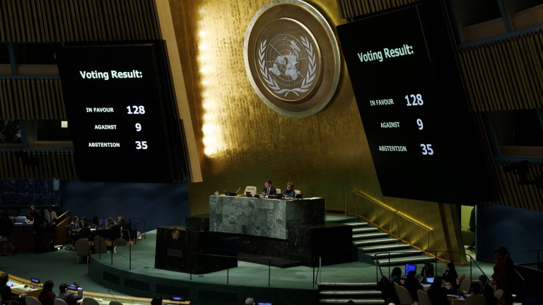 epa06401840 Screens showing results are seen during an United Nations General Assembly emergency special session to vote on a non-binding resolution condemning recent decisions about the status of Jerusalem at United Nations headquarters in New York, New York, USA, 21 December 2017.  The General Assembly voted overwhelming to denounce President's Trump recognizing Jerusalem as Israel's capital and called on countries not to move their embassies to the city.  EPA/JUSTIN LANE