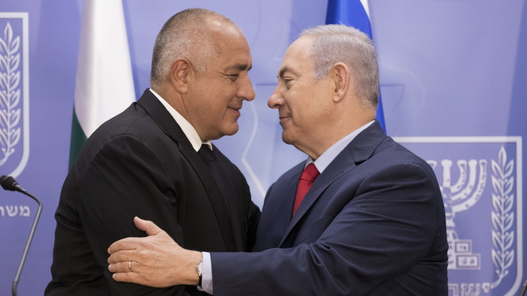 epa06803866 Israeli Prime Minister Benjamin Netanyahu (R) welcomes Bulgarian Prime Minister Boyko Borissov (L) before the delivery of a joint statement to the media ahead of their meeting at the Prime Minister's Office in Jerusalem, Israel,  13 June 2018 . Boyko Borissov is on a working visits to the State of Israel and Palestine from 12 to 14 June.  EPA/ABIR SULTAN / POOL EPA POOL