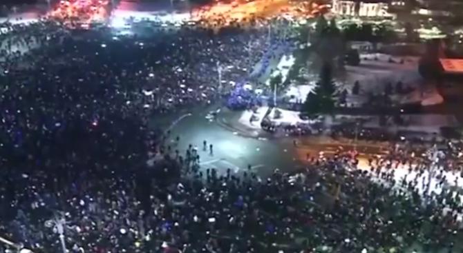 nad-250-000-dushi-izlqzoha-na-protest-v-rumyniq-stigna-se-do-sblysyci-s-policiqta-(video)-427927