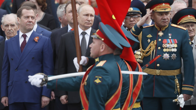 epa07557306 Russian President Vladimir Putin (C) attends a wreath laying ceremony after the Victory Day Parade in Moscow, Russia, 09 May 2019. Russia marks on 09 May the 74th anniversary of the victory in the World War II over Nazi Germany and its allies. The Soviet Union lost 27 million people in the war.  EPA/SERGEI ILNITSKY