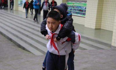 12-godishno-momche-ot-6-godini-nosi-svoya-priyatel-invalid-na-grab