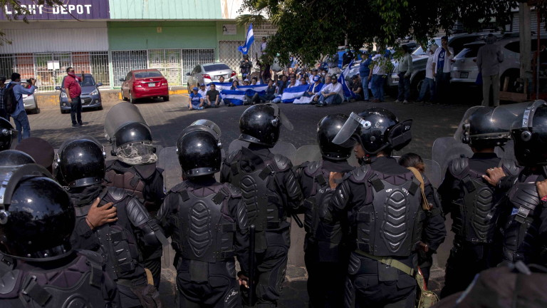 epa07512969 Members of Nicaraguan National Police face off with demonstrators during an opposition's anti-Government protest, in Managua, Nicaragua, 17 April 2019.  EPA/Jorge Torres