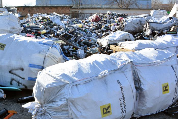 Враца (7 януари 2020) Собственикът на внесените отпадъчни тонер касети от Италия, които са складирани на нелицензирана площадка във Враца, ще бъде глобен след повторна проверка в присъствие на негов законен представител. На 4 януари експерти от РИОСВ-Враца, териториалното звено на ДАНС и Областната дирекция на МВР извършиха проверка по сигнал за нерегламентирано складиране на отпадъци на площадка в складова база в града. Установено е, че се съхраняват 50 тона отпадък - използвани тонер касети, внос от Италия. Повечето от касетите са опаковани, но има и в насипно състояние. Според представените документи при проверката, отпадъкът е тръгнал към България като неопасен. Пресфото - БТА снимка: Любомира Филипова (ПК)