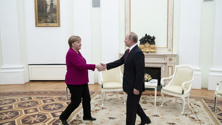 epa08119039 Russian President Vladimir Putin (R) shakes hands with German Chancellor Angela Merkel prior to talks in the Kremlin in Moscow, Russia, 11 January 2020. Merkel visits Moscow to discuss current international issues such as the situation in Syria, Libya, Ukraine, US-Iran tensions, as well as bilateral relations.  EPA/PAVEL GOLOVKIN / POOL