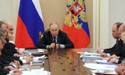 epa08301156 Russian President Vladimir Putin (C) chairs a meeting with government members at the Kremlin in Moscow, Russia, 17 March 2020.  EPA/MICHAEL KLIMENTYEV/SPUTNIK/KREMLIN POOL / POOL MANDATORY CREDIT