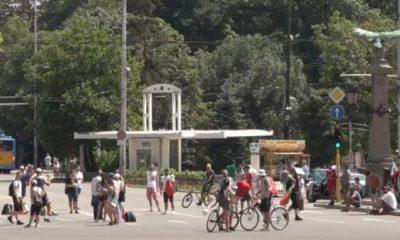 protestirashti-blokiraha-orlov-most-drugi-sa-na-plaj-pred-ms-1